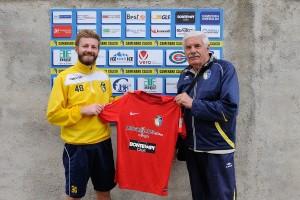 Nicola Moretti (sx) con il presidente del Camerano Calcio Giuseppe Giacomelli (dx)